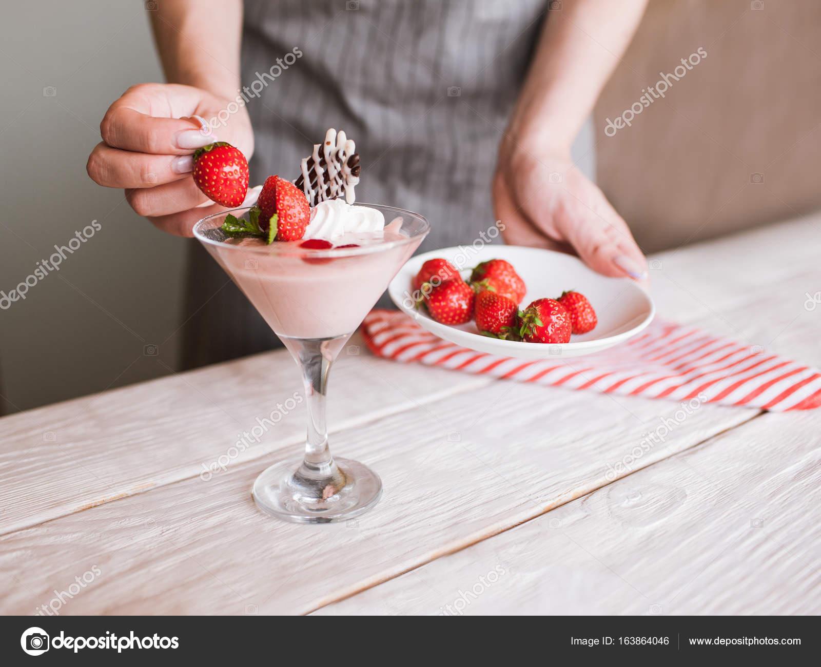 crème dessert fraise en cours de décoration — photographie golubovy