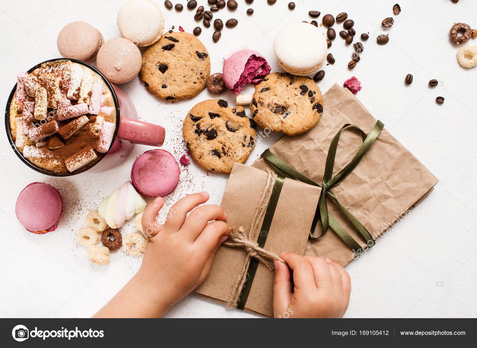 Weihnachtsgeschenke und Überraschungen von Kindern — Stockfoto ...