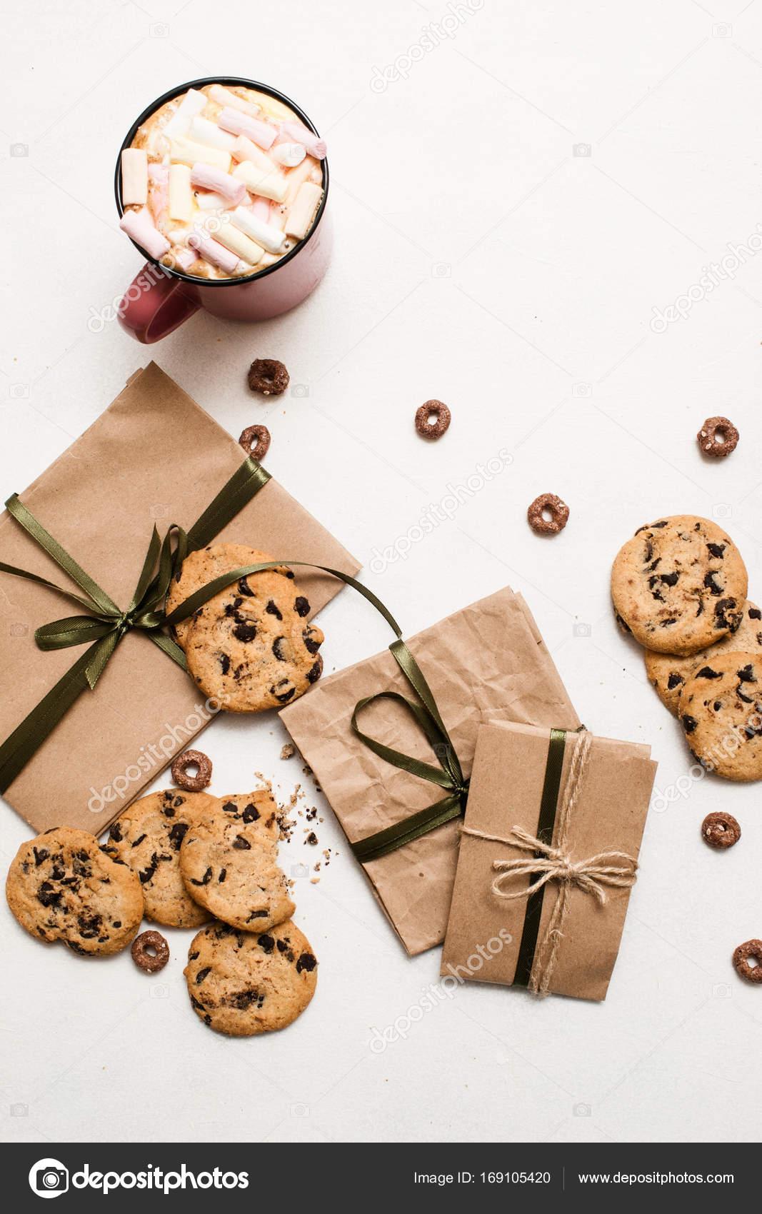 Geschenke mit Süßigkeiten und Tasse Latte Zubereitung — Stockfoto ...