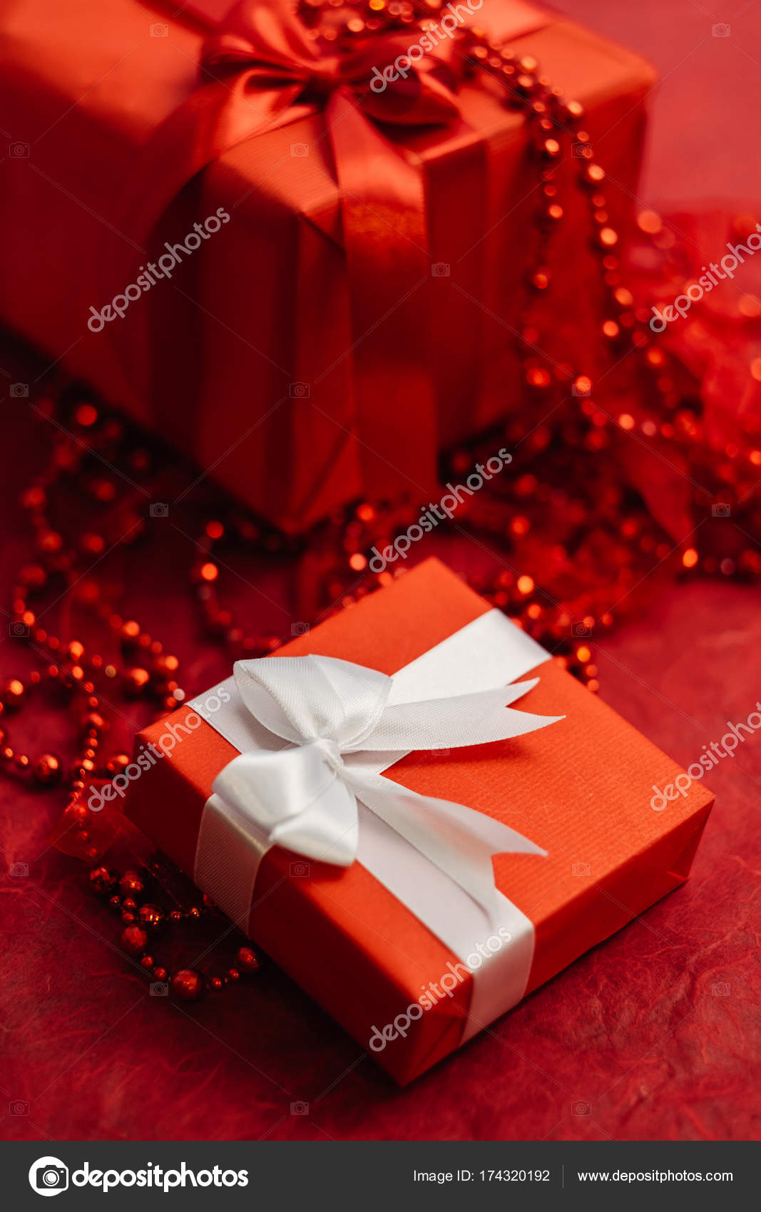 Romantische Frauen-Geschenk-Box auf rotem Grund — Stockfoto ...
