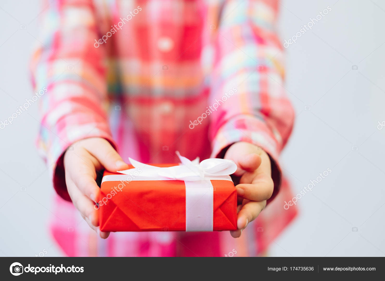 Kinder festliche verpacktes Geschenk für Eltern — Stockfoto ...
