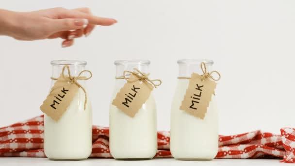 žena ruku mléko vybrali tři láhve