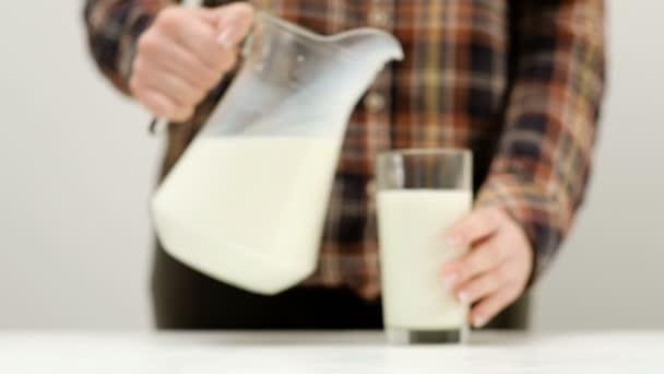 žena nalít mléko džbán glasss zdravých deník