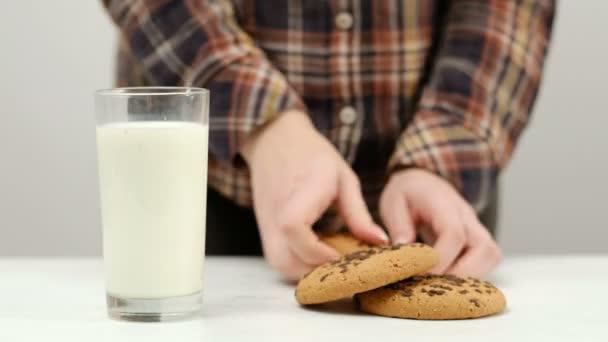 žena break cookie namáčení teplého mléka snack