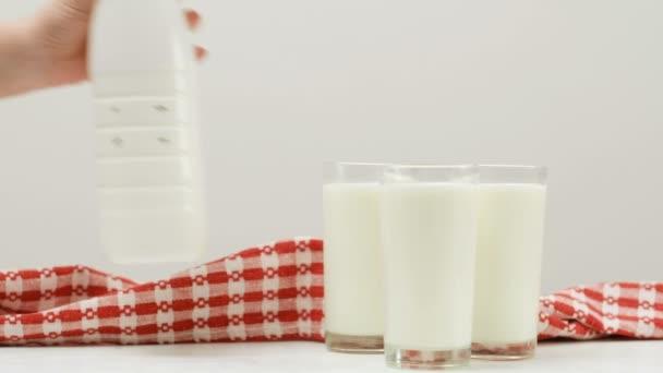 láhev tři sklenice mléka zdravého životního stylu