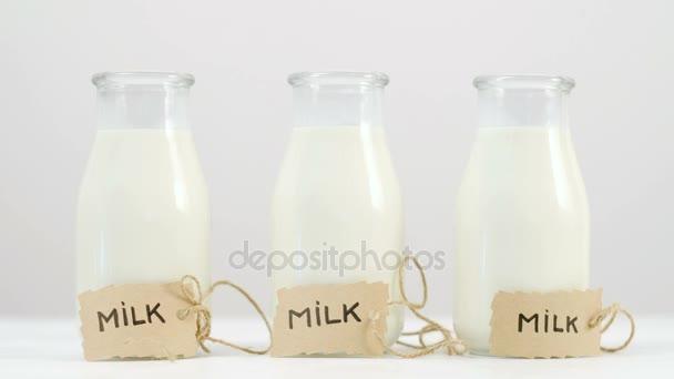 tři lahve od mléka protřepejte plynulý pohyb