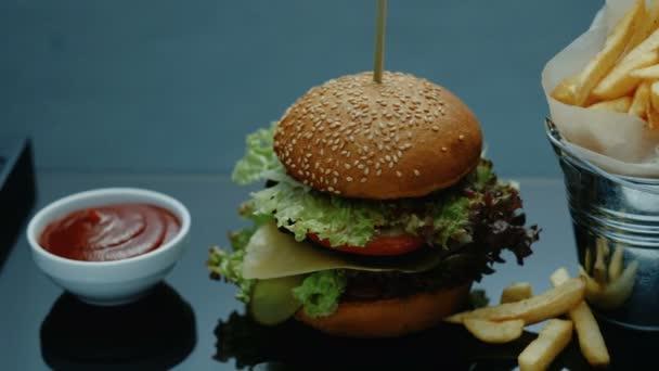 Rychlé občerstvení restaurace menu hamburger hranolky omáčka