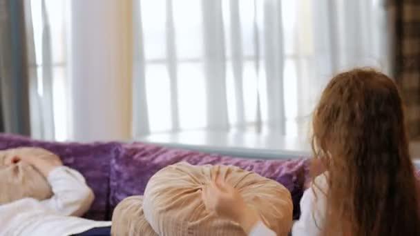 Rodinná zábava polštář boj radost matka dítě rekreační