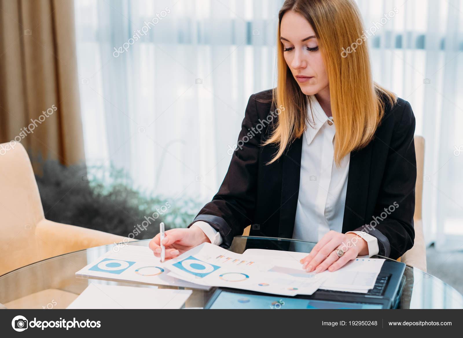 Фото бизнес-леди на работе — 13
