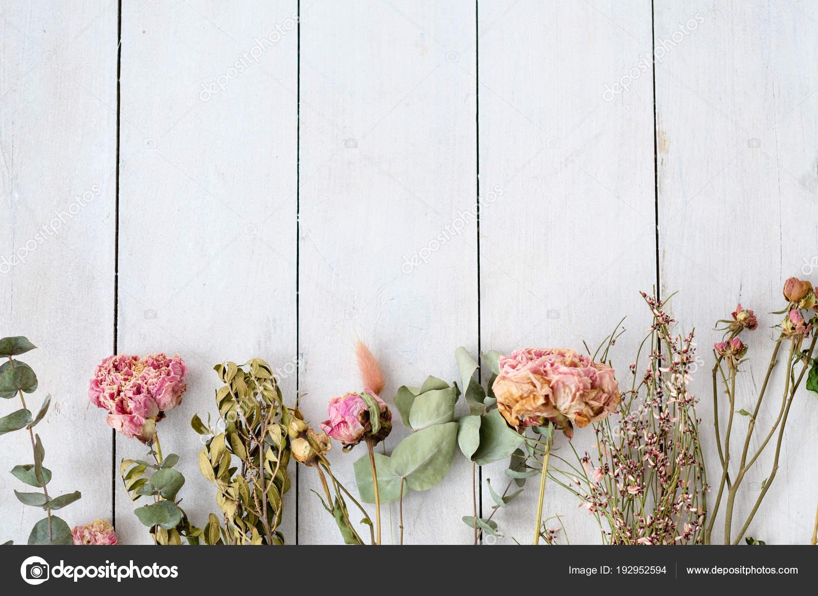 Secchi In Legno Sfondo Shabby Chic Fiori Bianchi Foto Stock