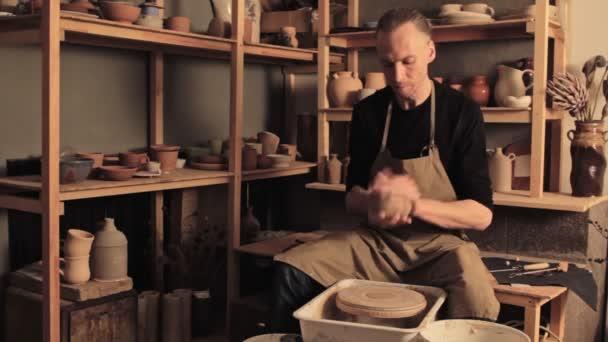 Keramik Handwerk talentierte männliche Künstler Vorbereitung Ton