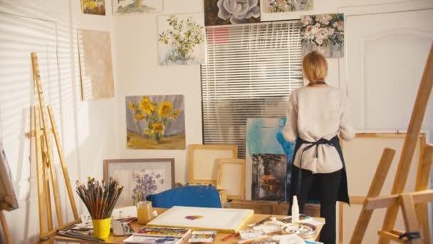 kreative menschen kunst galerie senior woman bilder