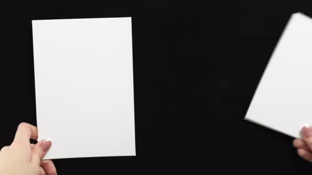 hirdetési kártya mockup kéz üres papír jegyzetek