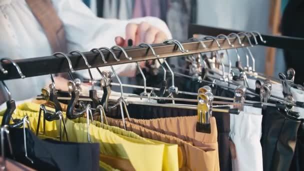 shopaholic životní styl móda vzhled žena oblečení