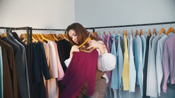 Shopaholic Lifestylefrau wählt Kleidung
