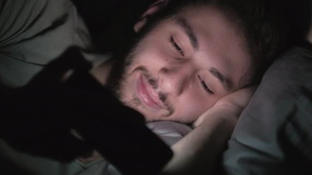 késő online szórakoztató éjszaka szabadidő ember szórakozott telefon