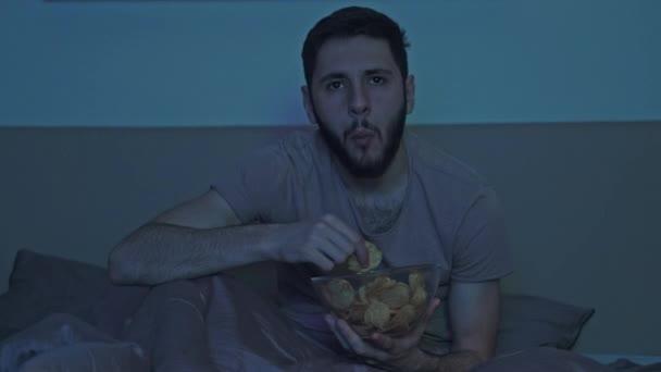 éjszaka álmatlanság unatkozó férfi tv show bed