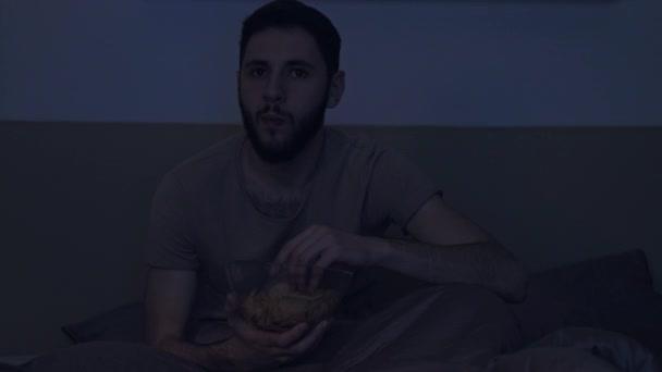késő otthoni szórakozás sokkolt férfi tévénézés