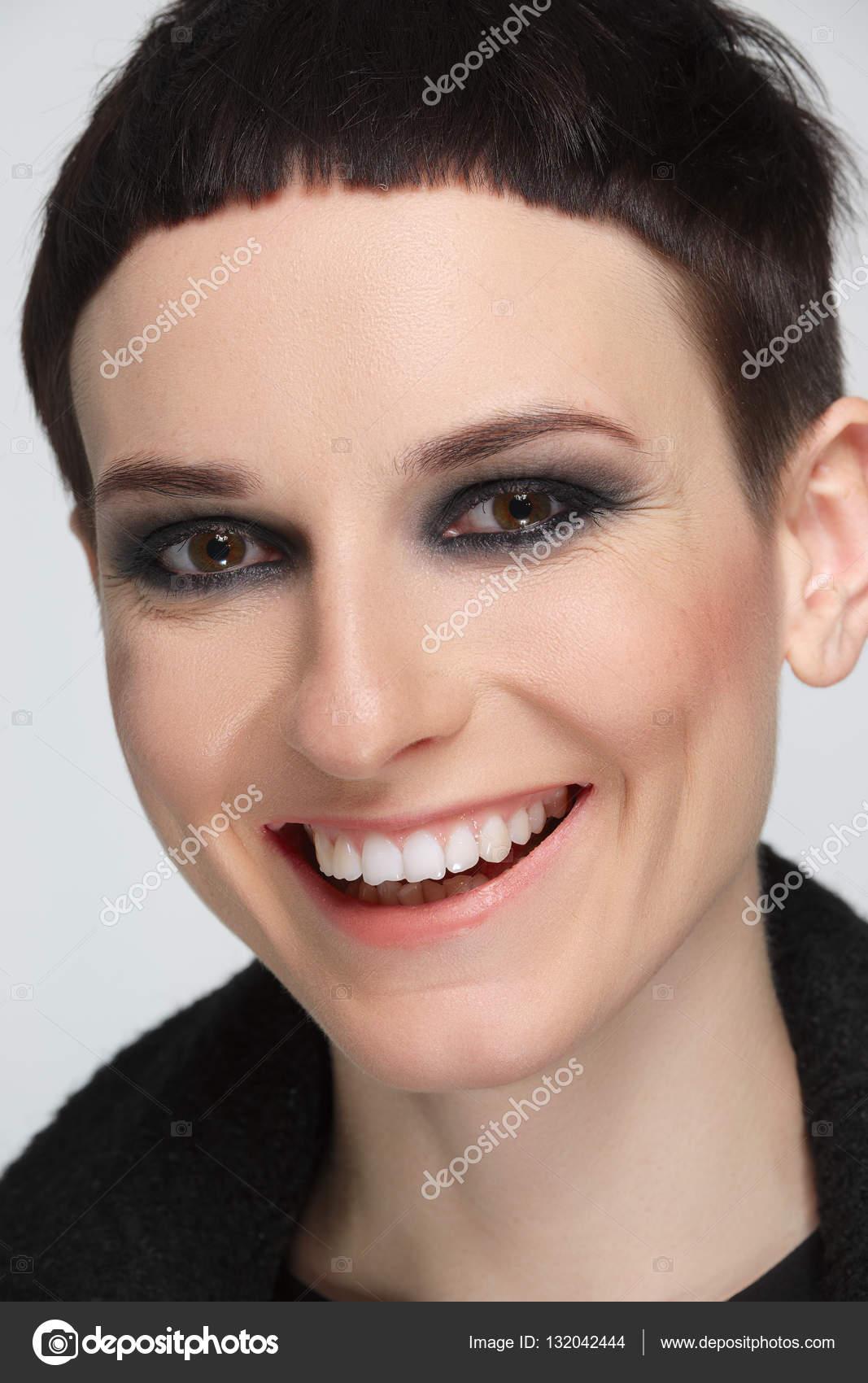 Dość Młoda Kobieta Z Krótkie Czarne Włosy W Czarny Ciepły Płaszcz