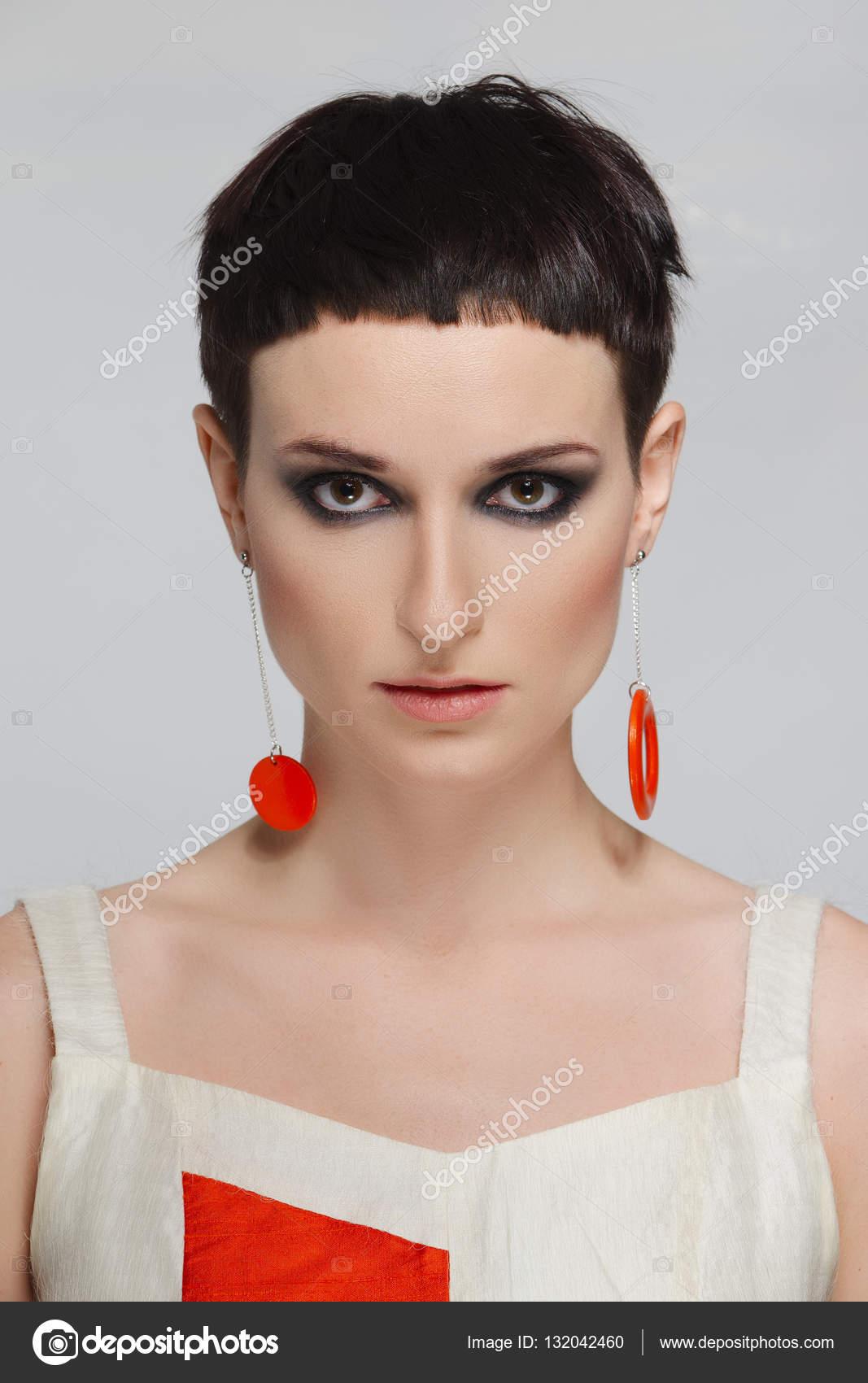 Dość Młoda Kobieta Z Krótkie Czarne Włosy I Czerwone Kolczyki
