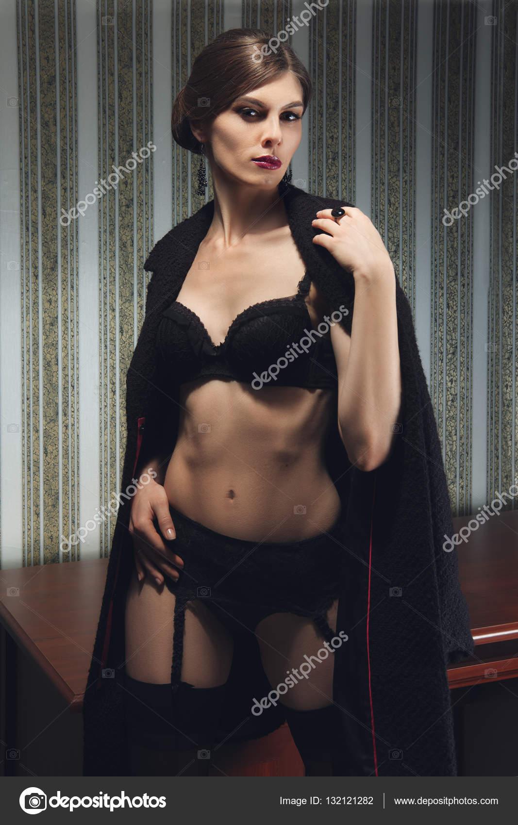 8520732b0ee7 Señora hermosa en lencería negra sexy, medias y abrigo de lana ...