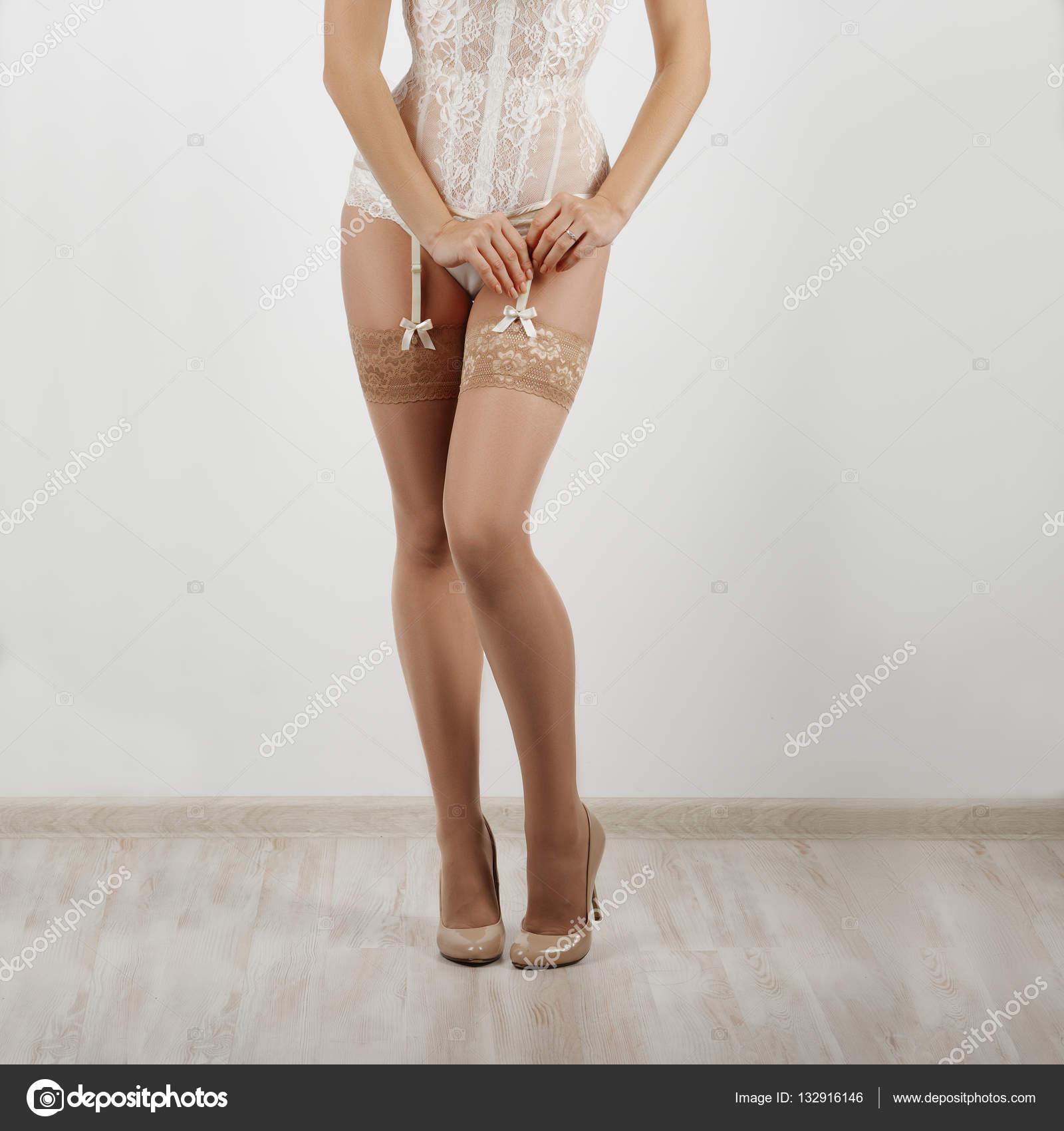 cf31e3c48f Piernas hermosas de mujeres en medias con liguero y Liga bel — Foto de Stock