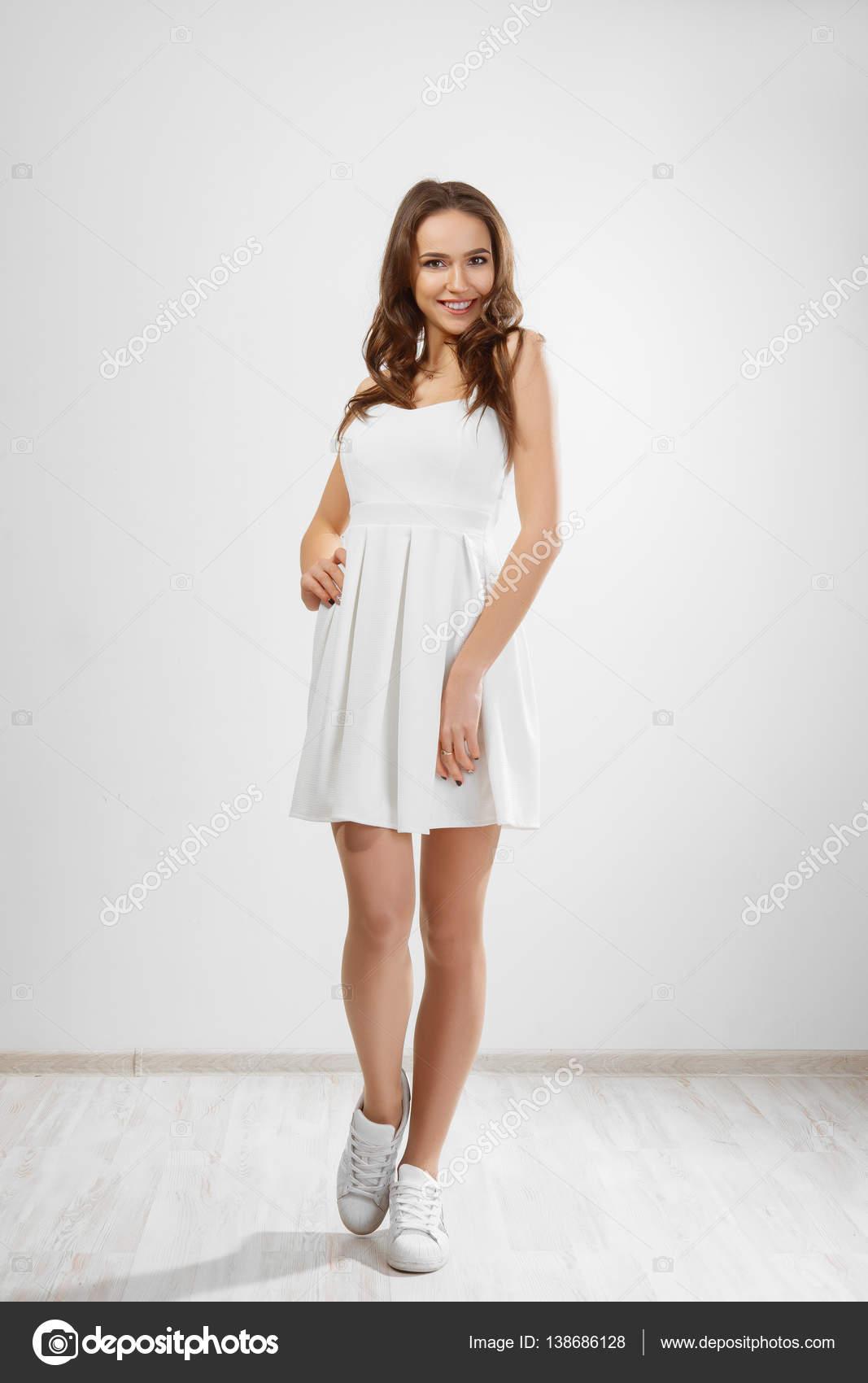 Девочки в белом коротком платье