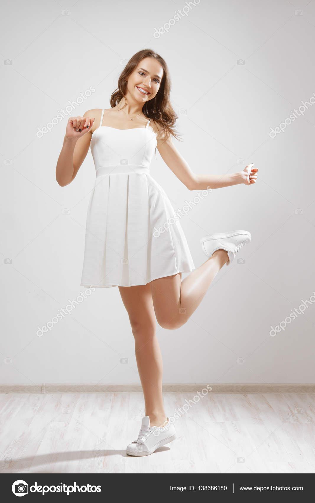 9e8ef0ee367d Όμορφη νεαρή κοπέλα με λευκό κοντό φόρεμα