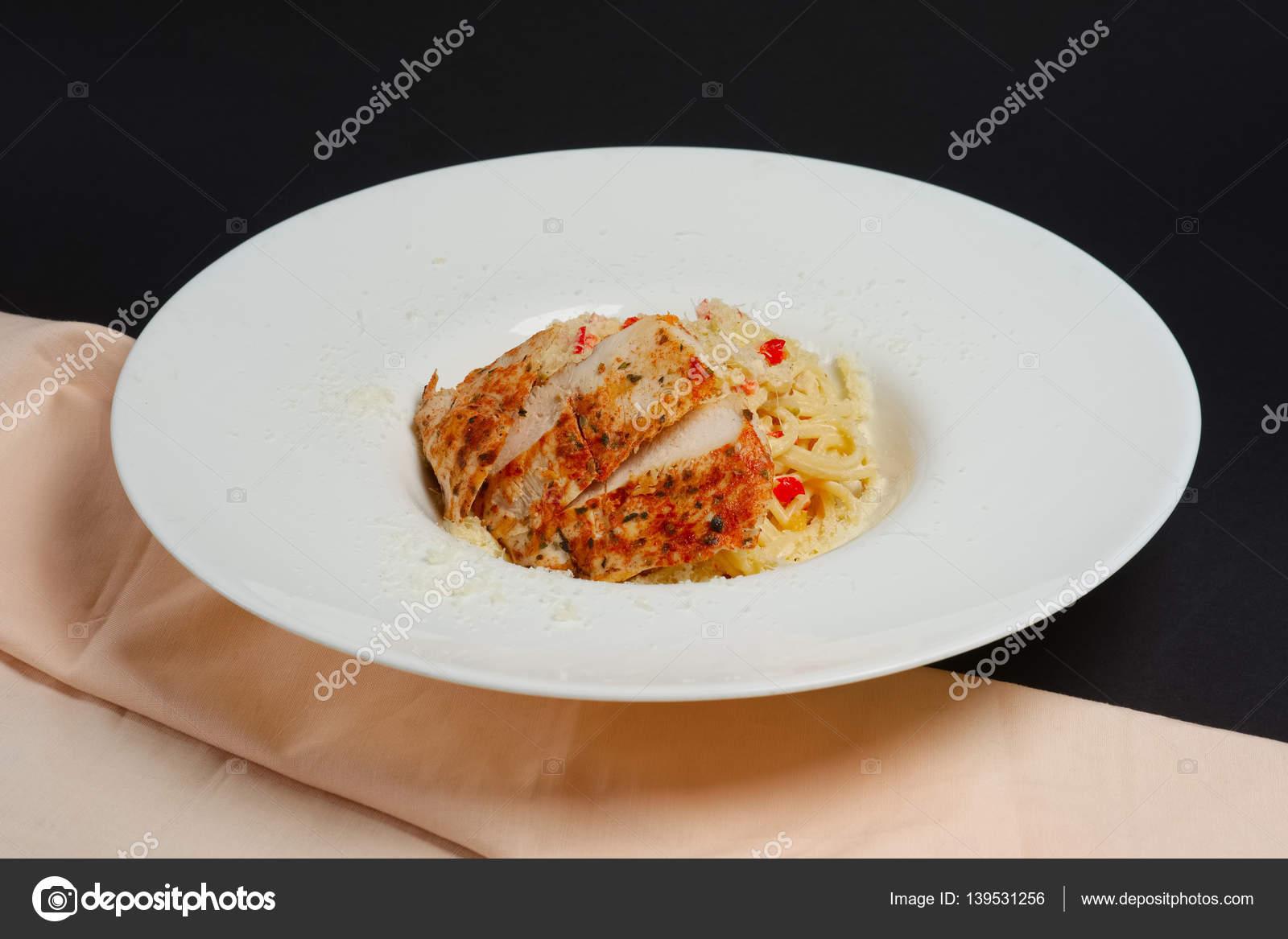 Platte mit Pasta, Käse und Hähnchen Filet — Stockfoto © boomeart ...