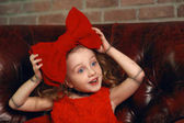 Smějící se dívka v loutkové vzhled laku. Mladá dáma se chová jako do