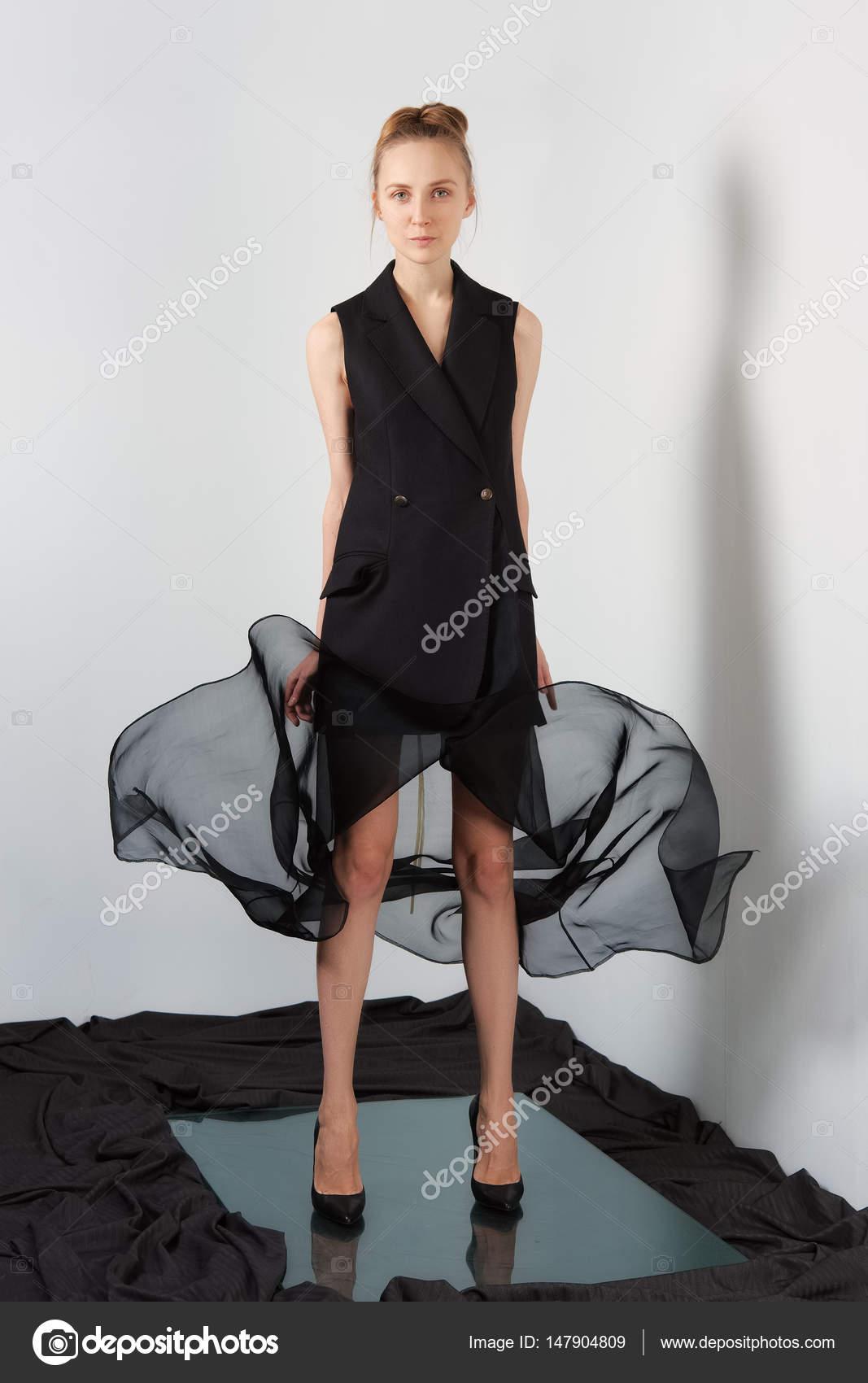 0149acd766 Divat-model tervezők fekete ujjatlan kabát és repülő átlátszó szoknya–  stock kép