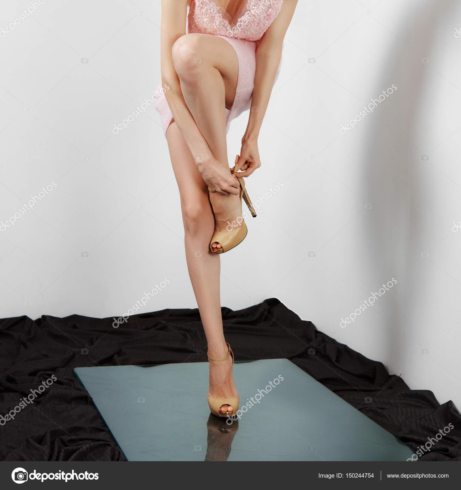 c376456e25 Γυμνά γυναικεία πόδια στα παπούτσια υψηλής φτέρνα. Δέστε τη ζώνη παπούτσι–  εικόνα αρχείου