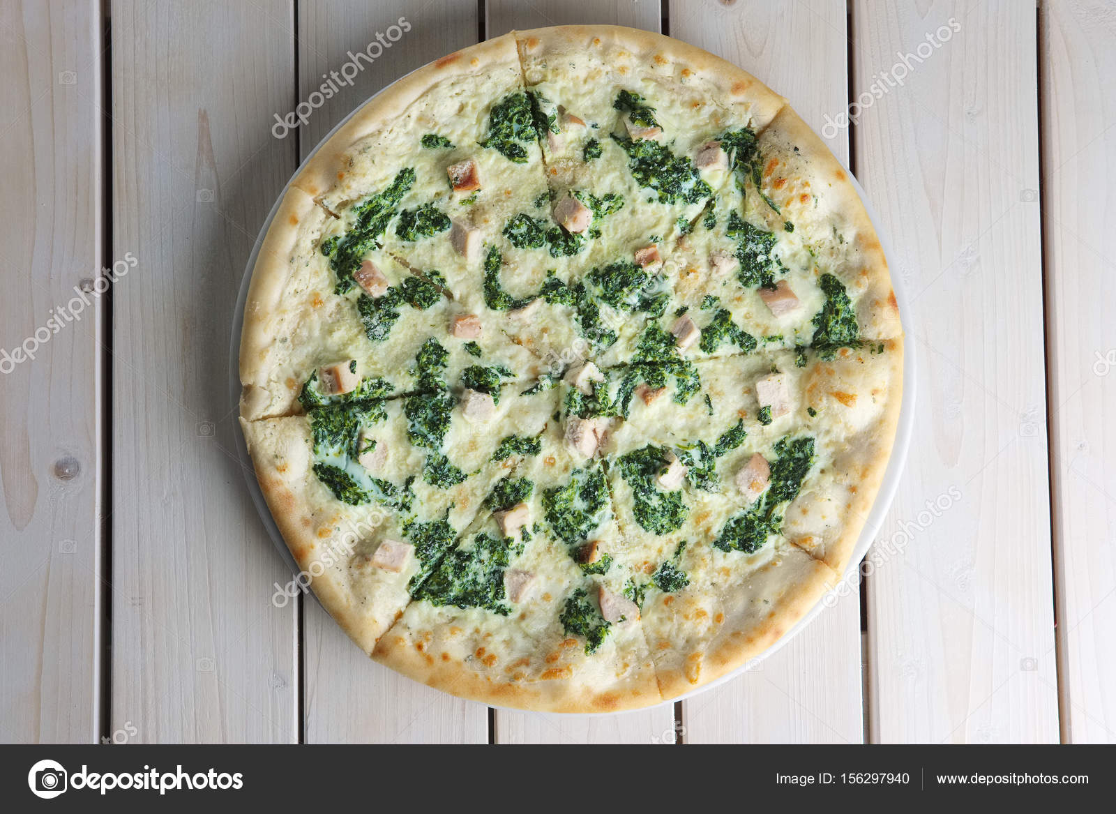 Bovenaanzicht Van Pizza Met Spinazie En Kip Op Houten Tafel