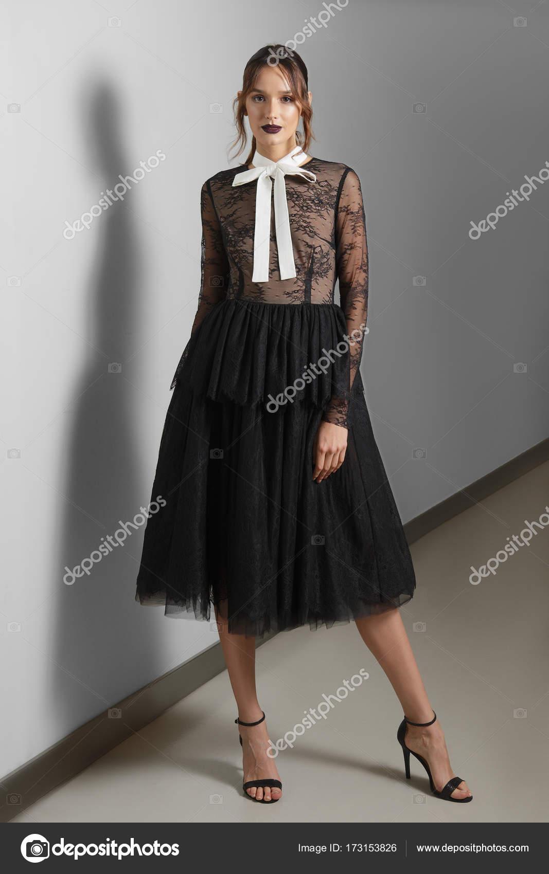 8f488ef0621 Ελκυστική κοπέλα σε μαύρη δαντέλα Χνουδωτή Φόρεμα και άσπρο γιακά ...