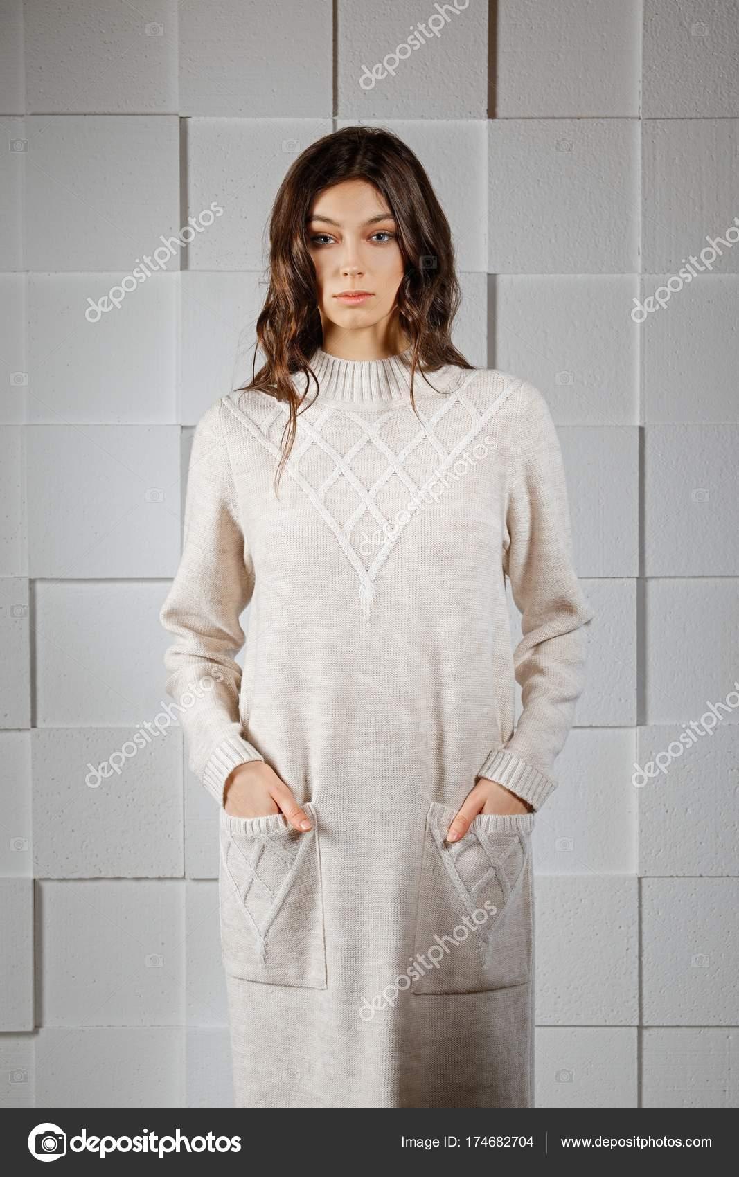0f44b6c30fc4 Ελκυστικό κορίτσι στο μακρύ Πλεκτό Μάλλινο φόρεμα — Φωτογραφία ...
