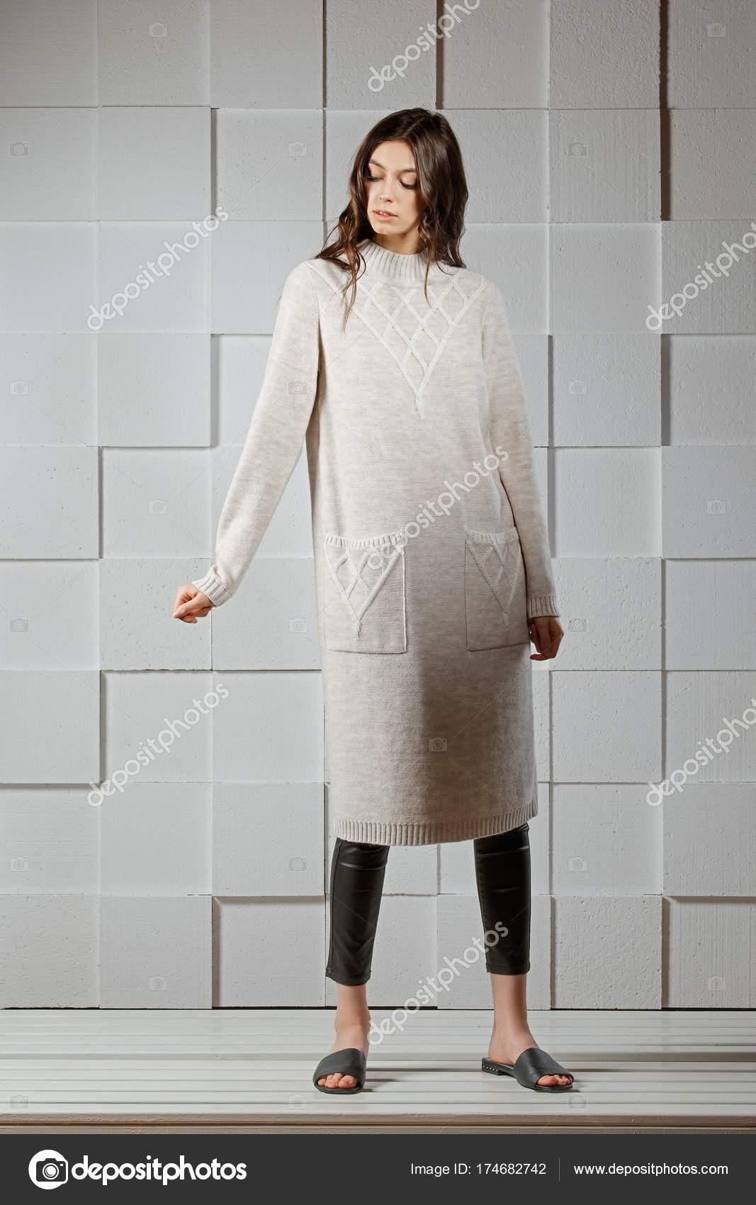 cheaper 46084 f7ee3 Attraente ragazza in abito lungo in maglia di lana — Foto ...
