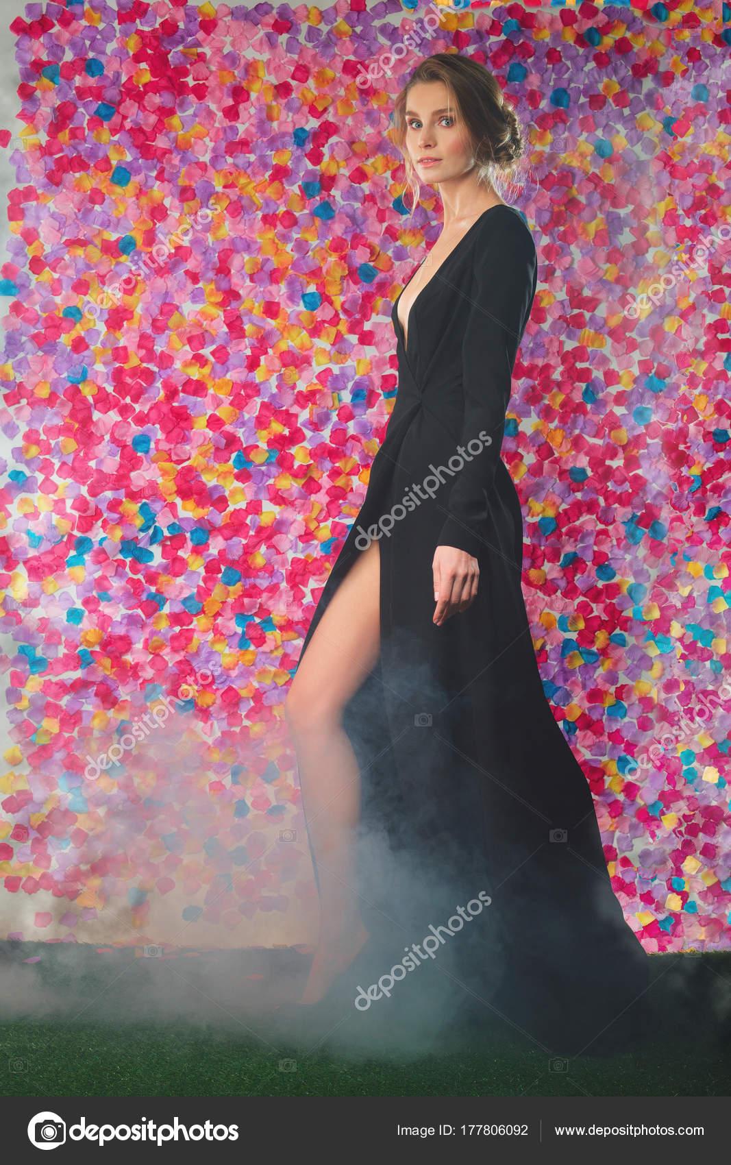 Wunderschöne junge Dame, die zu Fuß in langen Abend Cocktail-Kleid ...