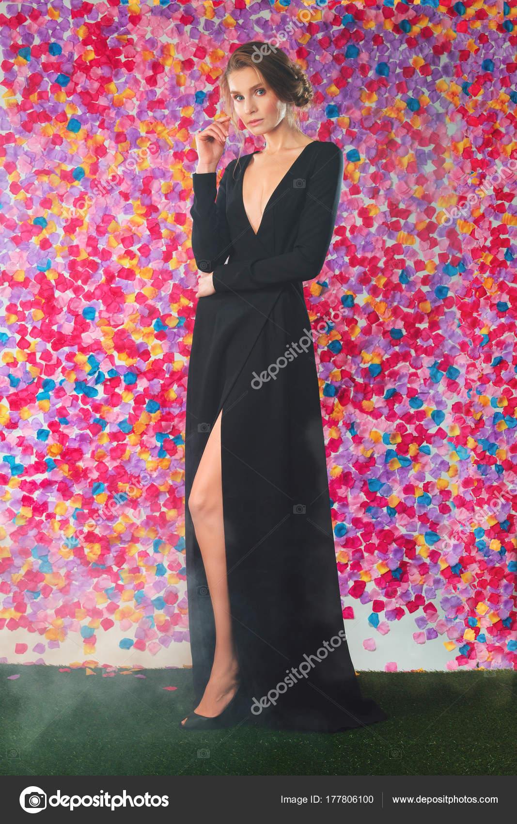 Jovencita hermosa en vestido de Cóctel de noche largo maquillaje ...