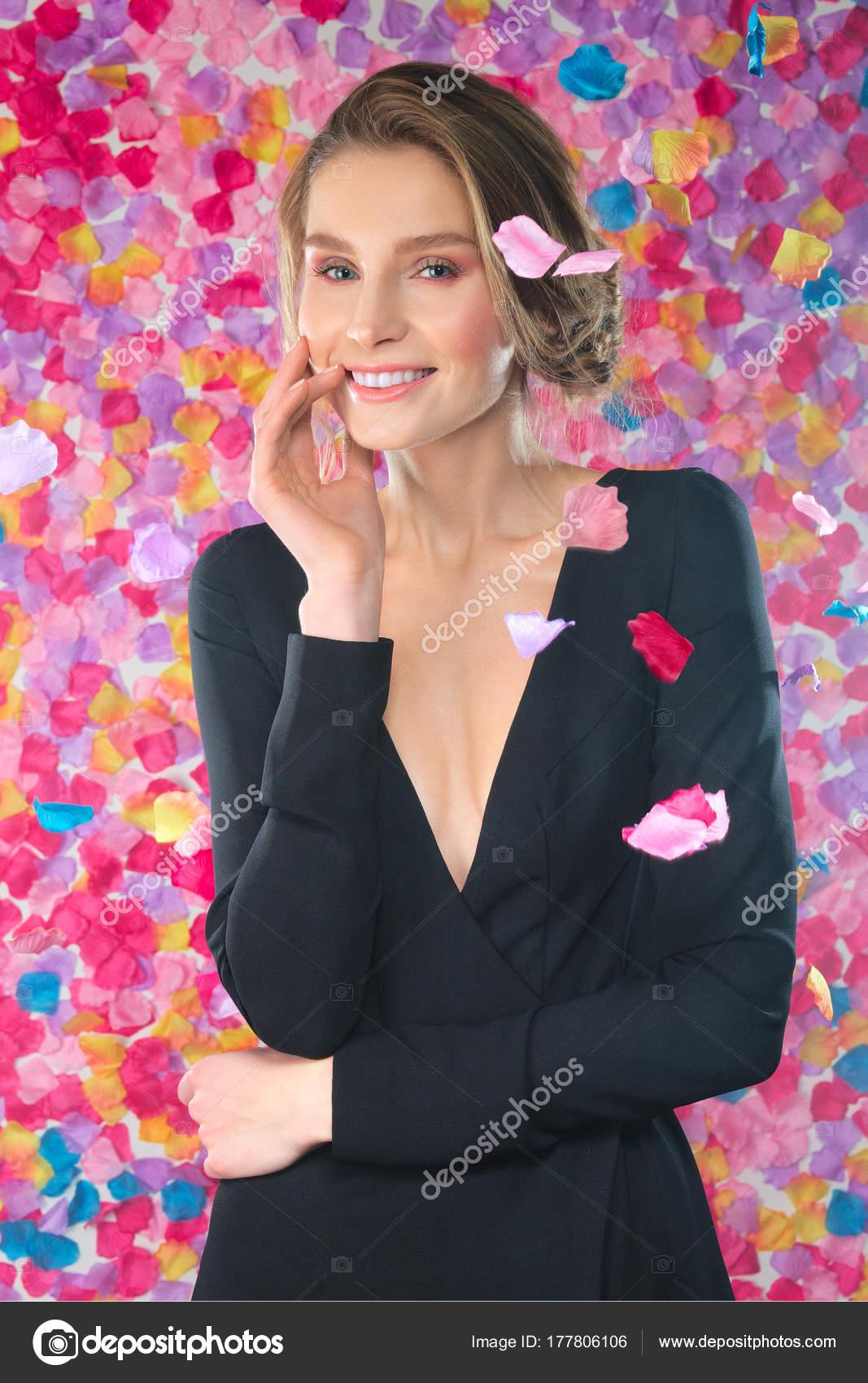 Rosenblüten, falling down auf süße junge Dame im Kleid mit tief ...
