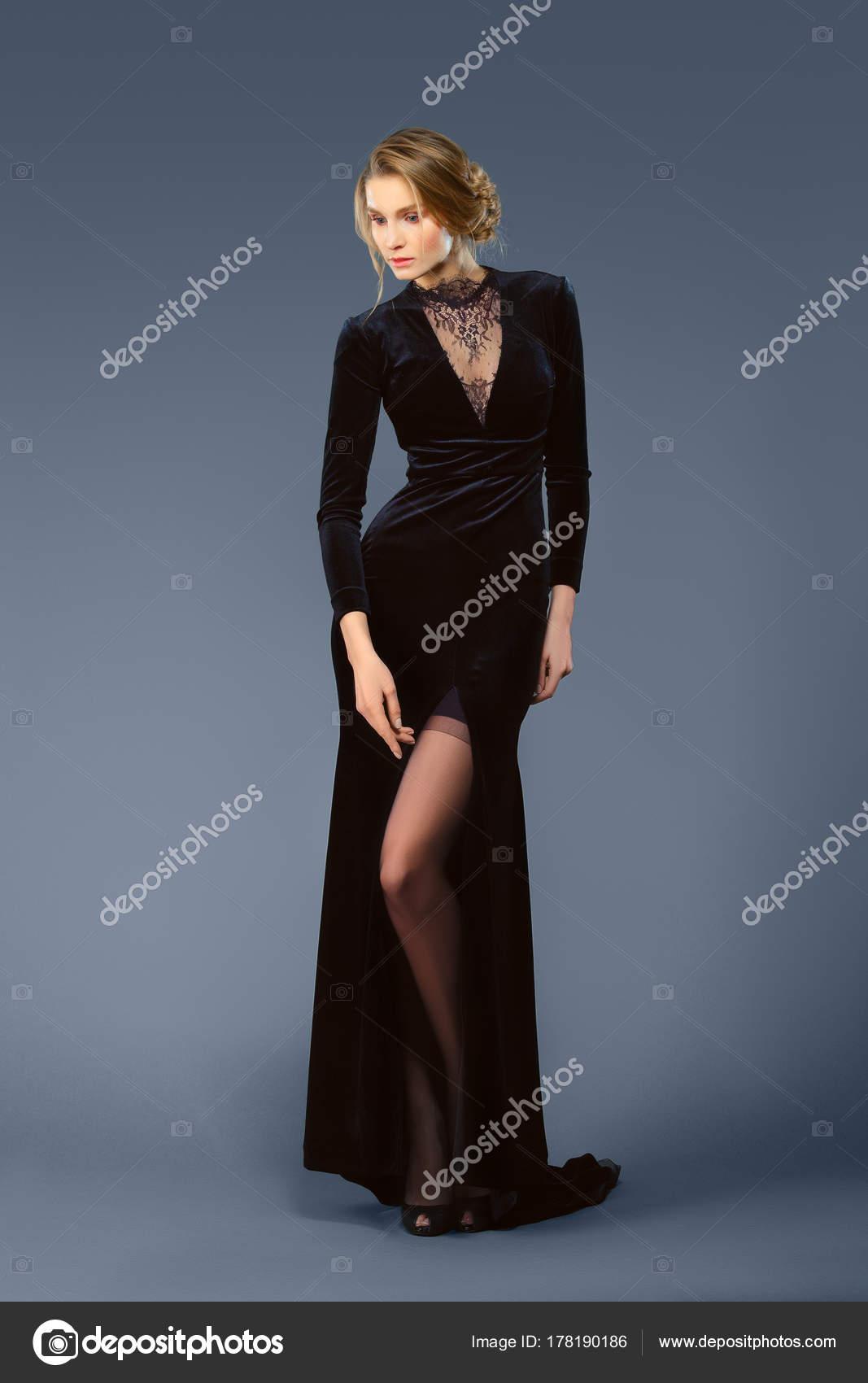 e071f288fb3a134 Полная длина портрет красивой леди в длинные бархатное платье с глубоким  вырезом– Стоковое изображение