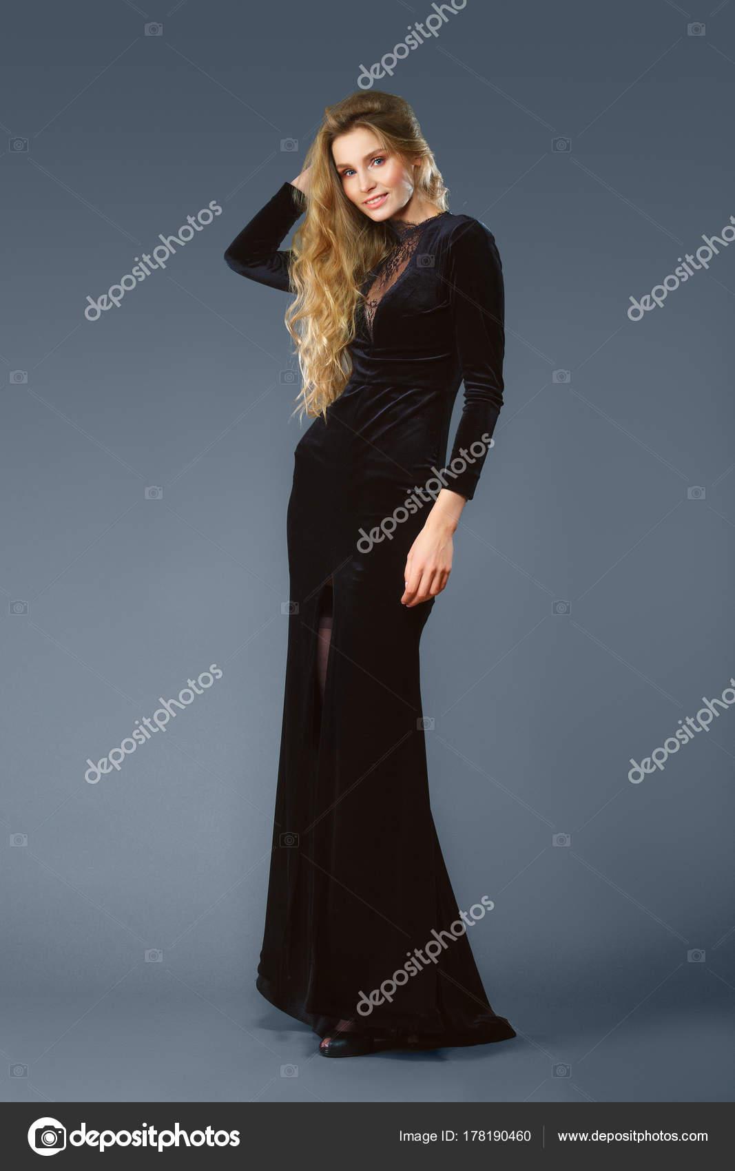 hot sales 5b224 f75b4 Ritratto integrale di bella signora in abito di velluto ...