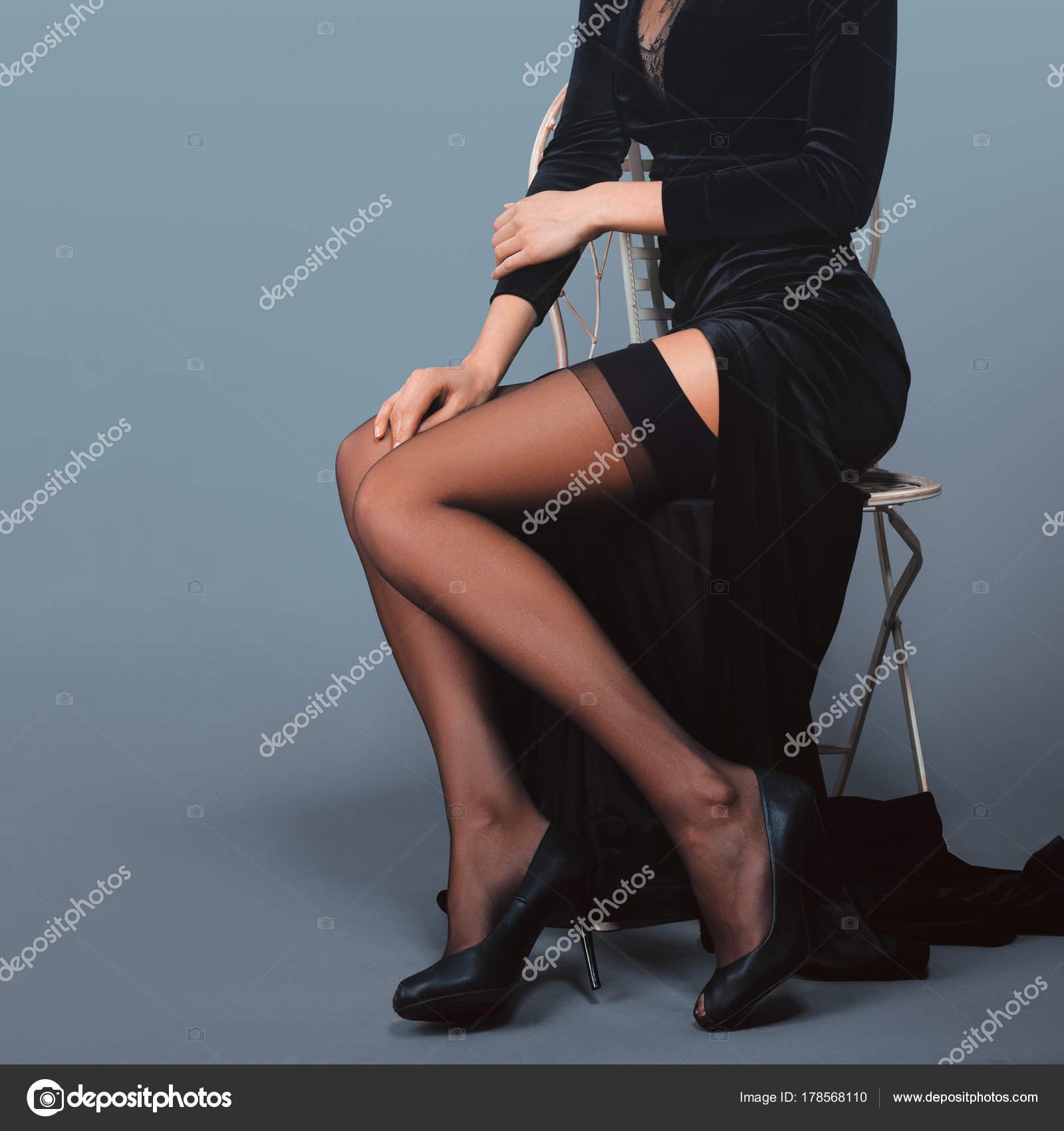 Belles Femmes En Porte Jarretelles belles jambes de femmes en velours longue robe avec coupe profonde
