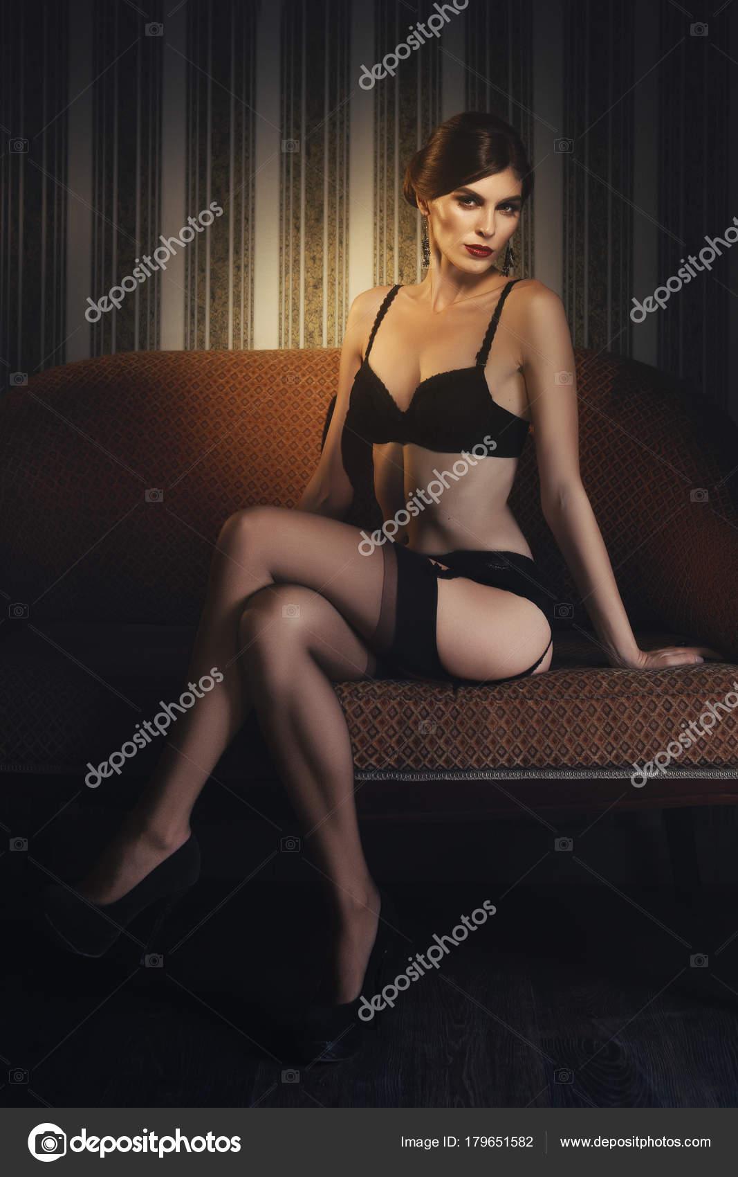 28851fb81858 Señora hermosa en lencería negra y medias con liguero en cuarto ...