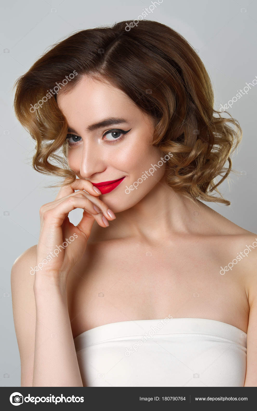 Portret Uroda ładna Dziewczyna Z Kręconych Włosów Makijaż Oczu Kota
