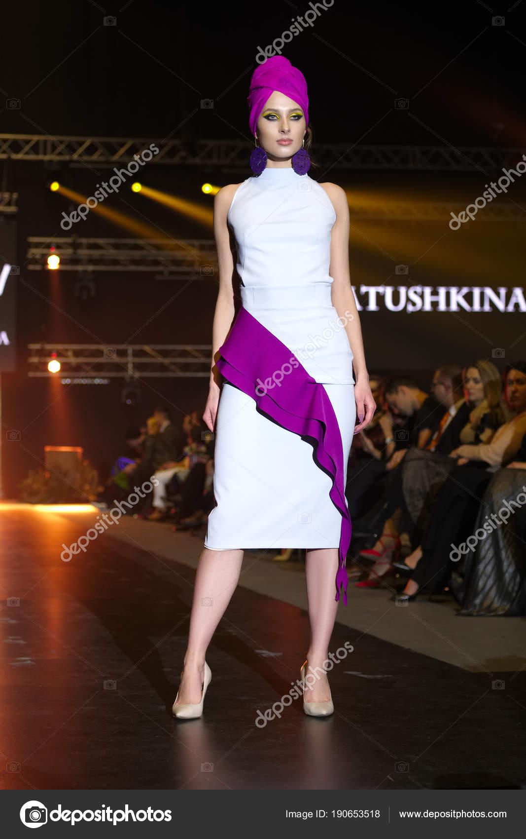 3892bf269c 30 2018-ban, Falcone Club, Minszk, Fehéroroszország március: divat modell alkalmi  ruha tett Latushkina Design gyűjtemény márkák divat Show, Burma– Editorial  ...