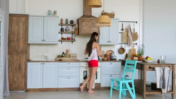 Vaření dívka transformace židle do žebříku k dosažení vrcholu police