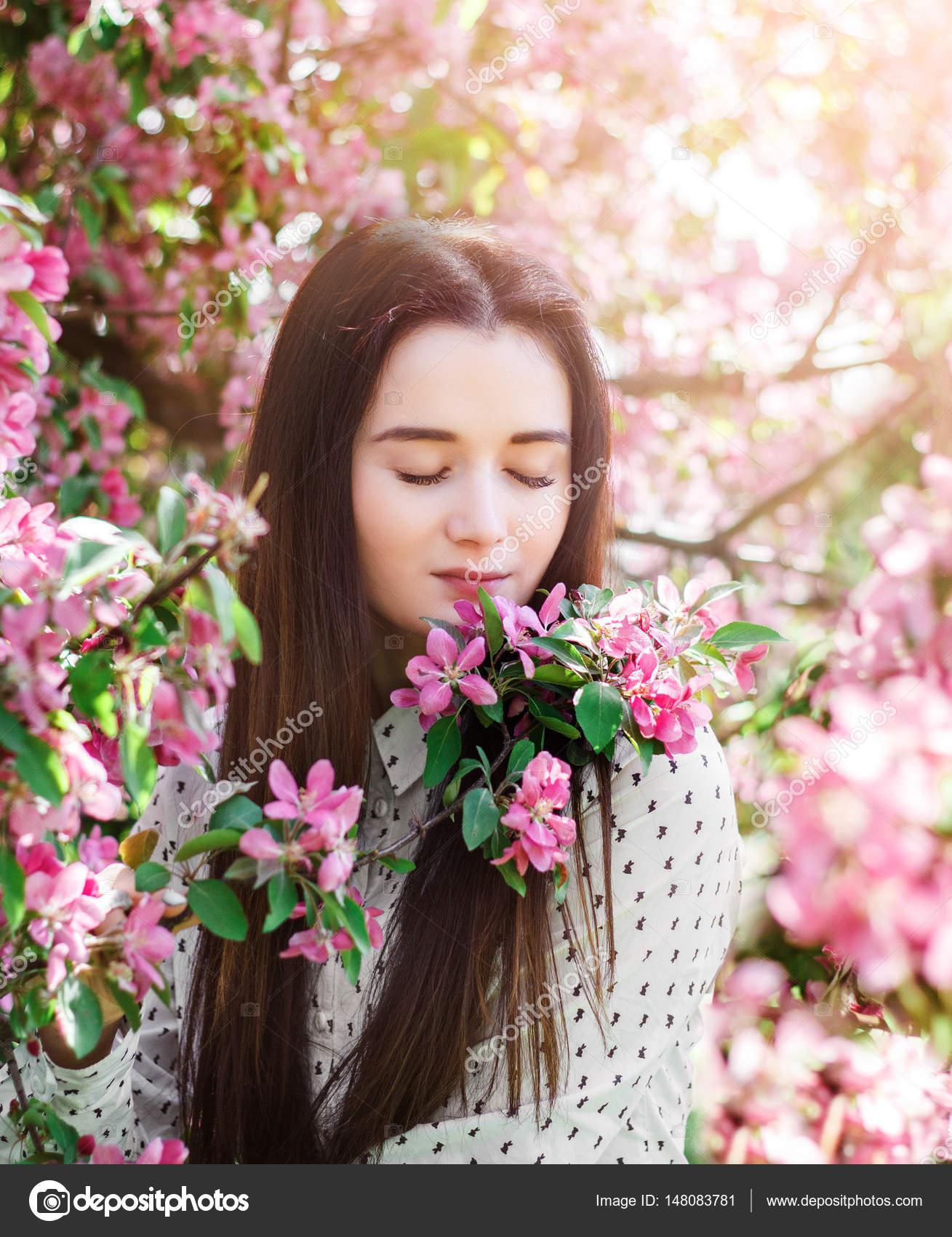 fd5911348 Imágenes: mujer en un jardin | Mujer en el jardín de flores en la ...