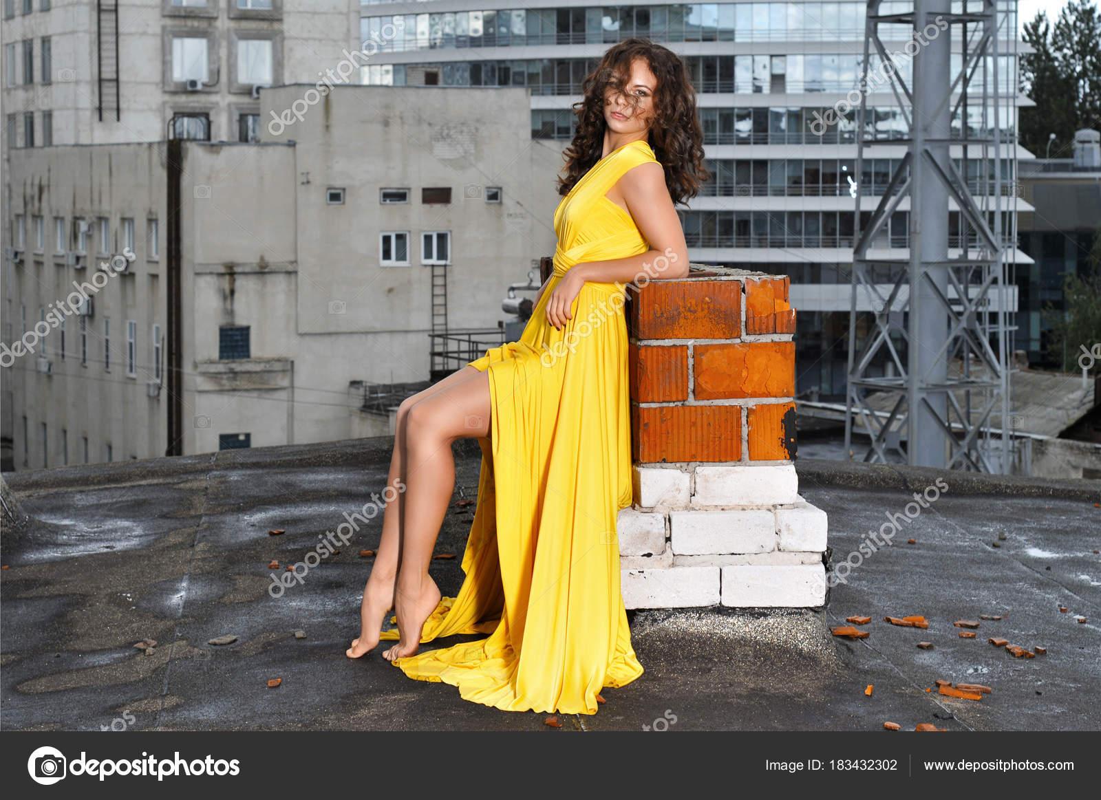 ab887cd1524b17 Jong Meisje Een Lang Gele Jurk Het Dak Van Een — Stockfoto © xxx ...