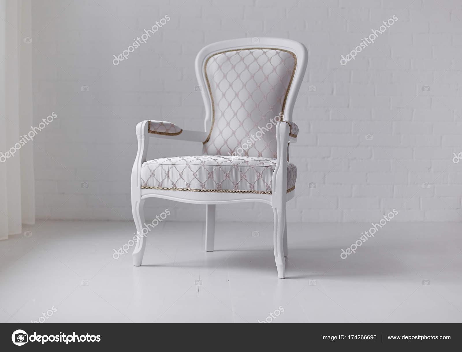 Elegante Weiße Sessel Auf Weiße Wand Hintergrund Stockfoto
