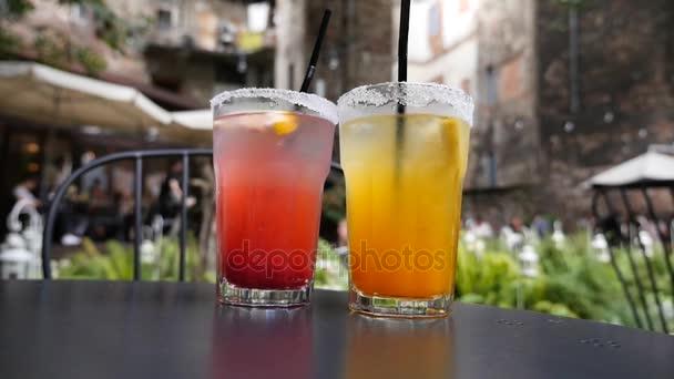 zwei Gläser mit farbigen Cocktails